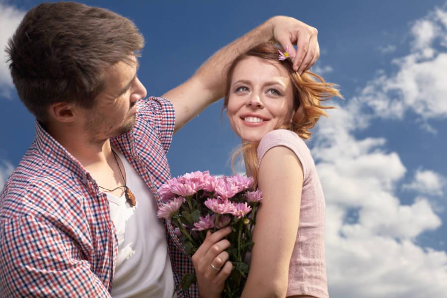 顔を触ってくる男性心理とは?